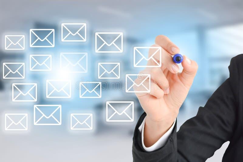Bedrijfsvrouwentekening e-mail in bureauconcept royalty-vrije stock foto
