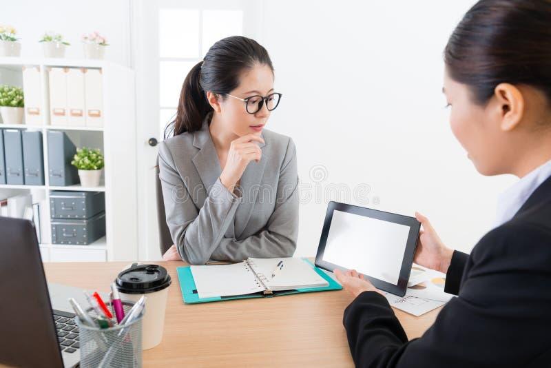 Bedrijfsvrouwenverkoop die mobiele digitale tablet gebruiken stock afbeelding