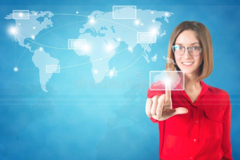 Bedrijfsvrouwenvinger wat betreft wereldkaart op a royalty-vrije stock afbeeldingen