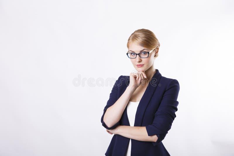 Bedrijfsvrouwenwhit glazen het denken stock foto's