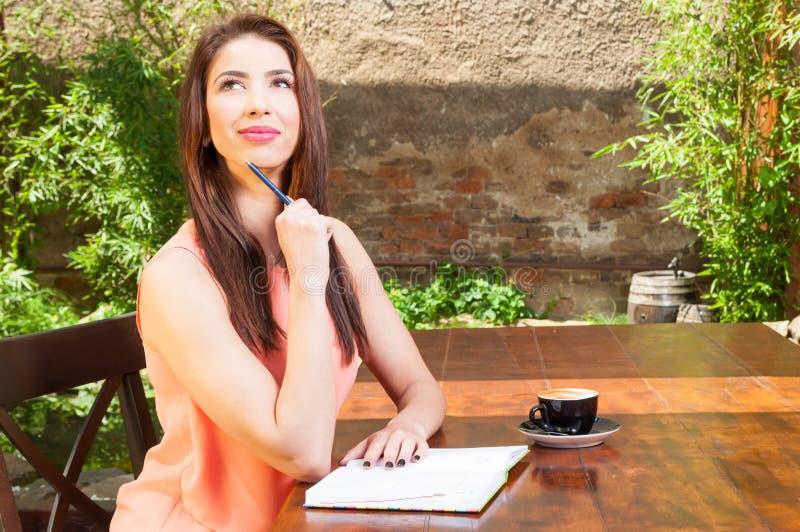 Bedrijfsvrouwenzitting en buiten het denken op terras royalty-vrije stock afbeeldingen