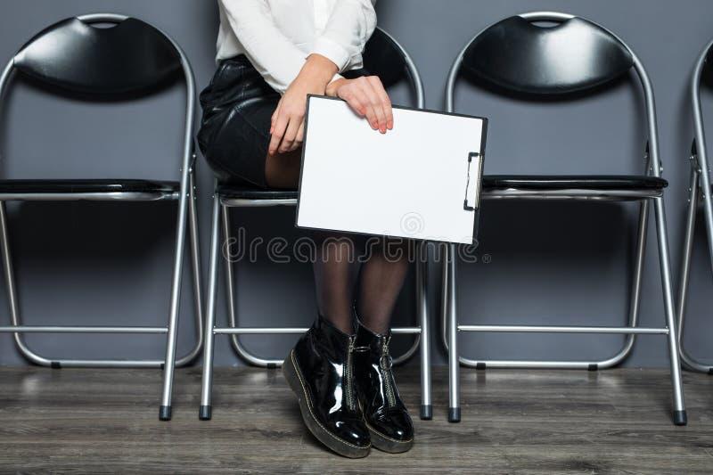 Bedrijfsvrouwenzitting en wachten voor gesprek in bureau, bedrijfsconcept royalty-vrije stock fotografie
