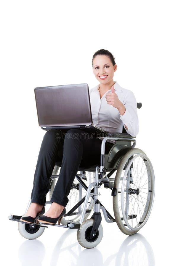 Bedrijfsvrouwenzitting op rolstoel, die o.k. tonen. royalty-vrije stock afbeelding