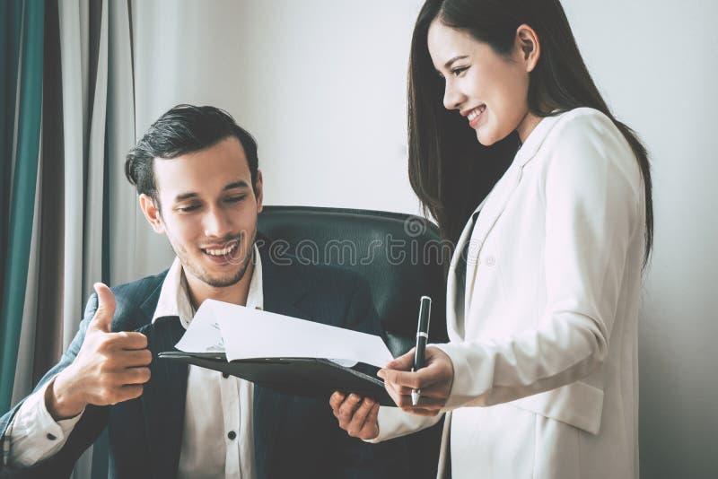 Bedrijfswerkgever die compliment geven aan secretaresserapport royalty-vrije stock foto
