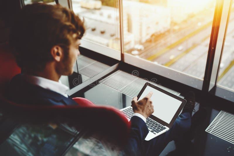 Bedrijfswerkgever die in monitor van notitieboekje tonen stock afbeelding