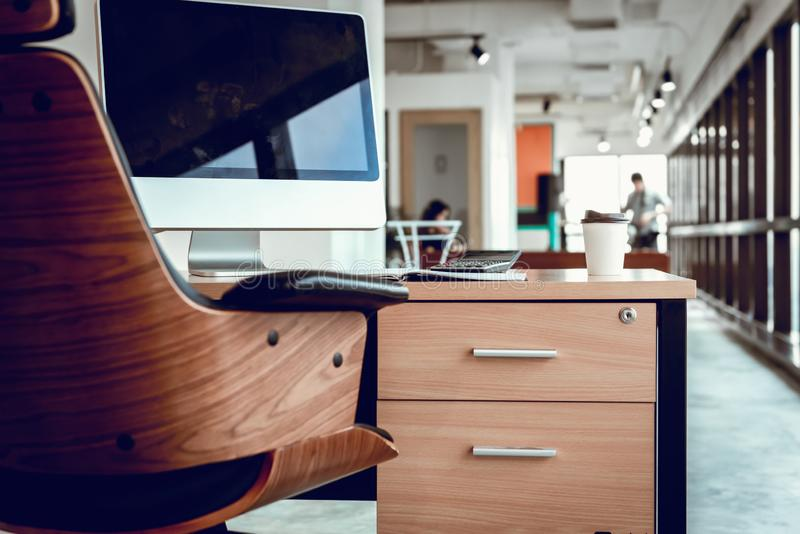 Bedrijfswerkplaats en Lijstdesktop in Bureauzaal, Binnenlandse Werkruimte met Personal computer en Stationair , Mededeling en stock fotografie