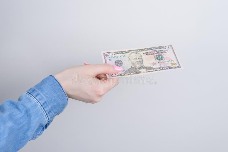 Bedrijfszakenlui bedrijfsvrouw Bebouwde dichte omhooggaande foto van de hand die van de dame 50 dollars grijs exemplaar houden al royalty-vrije stock afbeelding