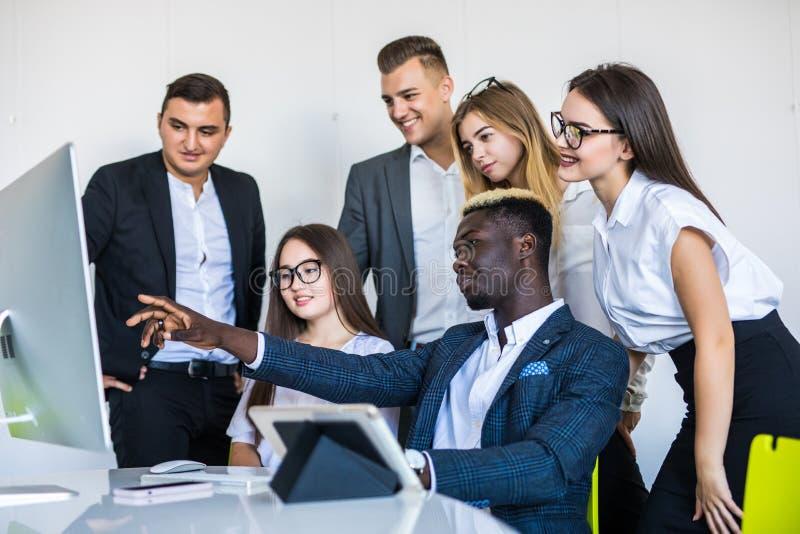 Bedrijfwerknemers in software-ontwikkeling werken en ontwerperbureau die over computerproject spreken stock afbeeldingen