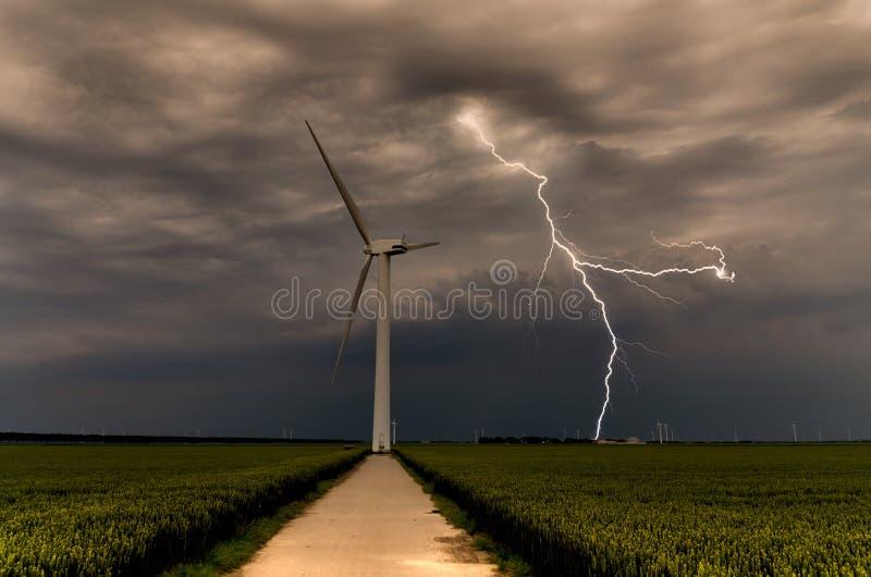 Bedrohende Windturbinen des starken Blitzes lizenzfreie stockfotos