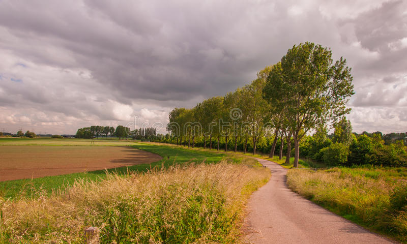 Bedrohende Wolken über einer holländischen Landschaft lizenzfreies stockfoto