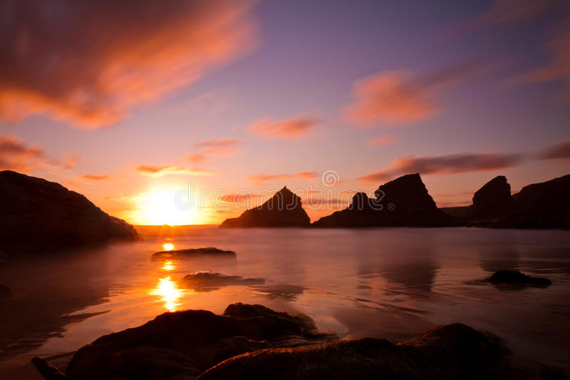 Bedruthan fait un pas au coucher du soleil, Cornouailles, Angleterre image stock