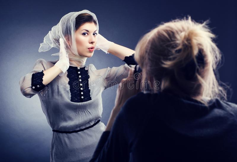 bedsheet moda kłaść fotografii uwodzicielskich białej kobiety potomstwa zdjęcia stock