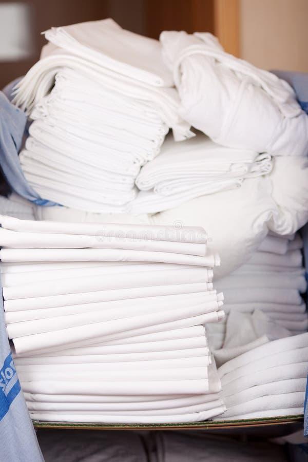 Bedsheets Brogujący W Akcyjnym pokoju obrazy stock