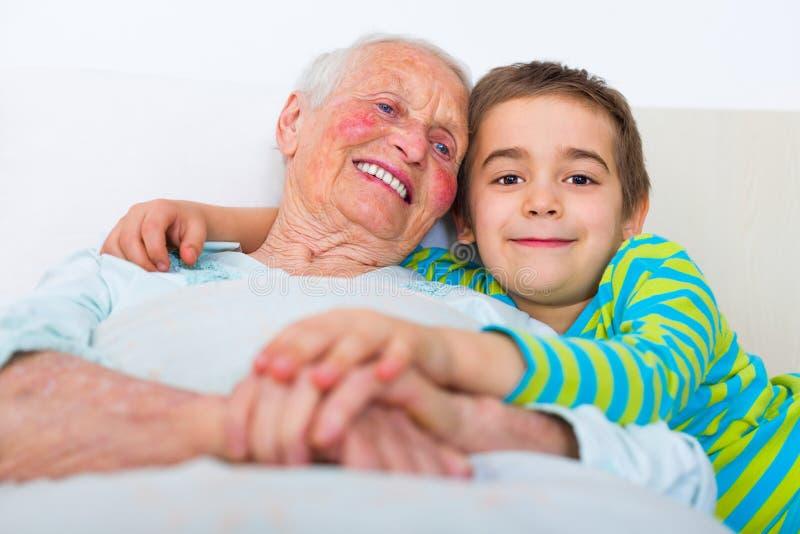 Bedtijd met kleinkinderen stock foto's