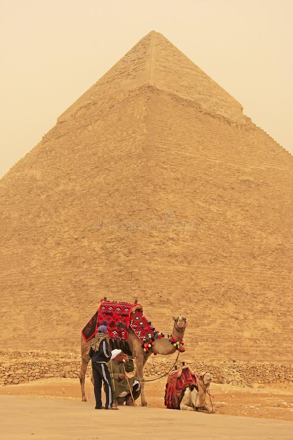 Beduínos que descansam perto da pirâmide de Khafre durante a tempestade de areia, o Cairo fotografia de stock royalty free