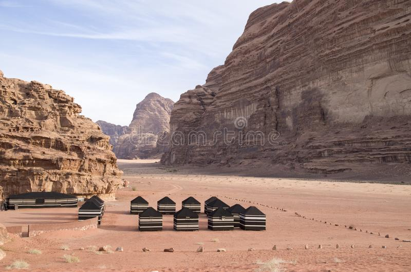 Beduińscy turystyczni namioty w wadiego rumu dezerterują w Jordania obrazy stock