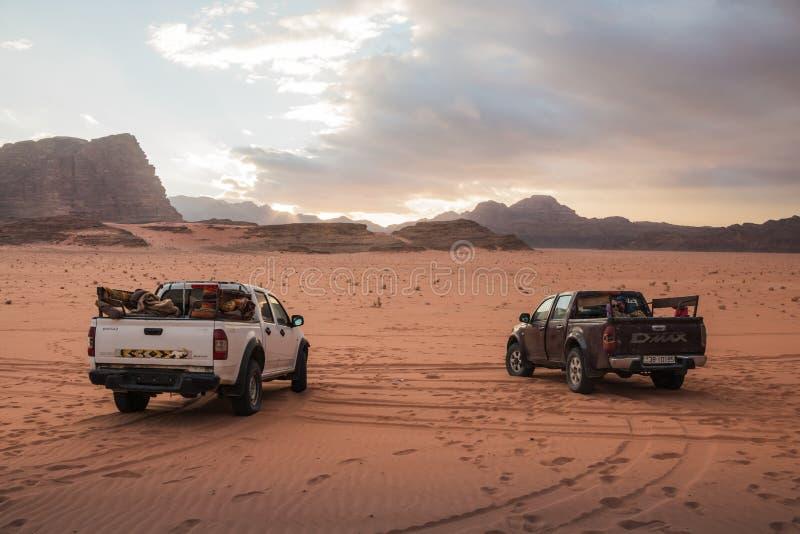 Beduiński ` s samochodowy dżip w wadiego rumu pustyni w Jordania fotografia stock