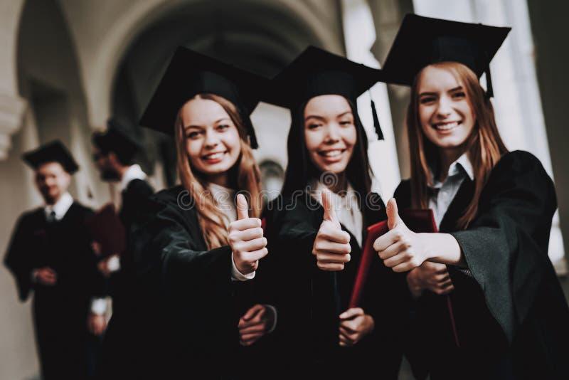 Beduimelt omhoog diploma meisjes vrolijk glb gelukkig royalty-vrije stock afbeelding