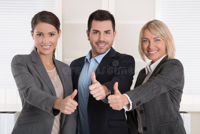 Beduimelt omhoog: drie succesvolle bedrijfsmensen van de mens en vrouw binnen stock afbeeldingen