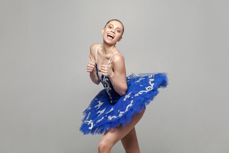 Beduimelt omhoog Portret van tevreden mooie ballerinavrouw in bl stock foto