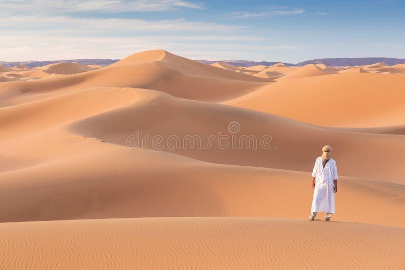 Beduin w drodze przez piaszczystą pustynię Piękny zachód słońca z dużymi wydmami na Saharze, Maroko Koczownik z sylwetki obrazy stock