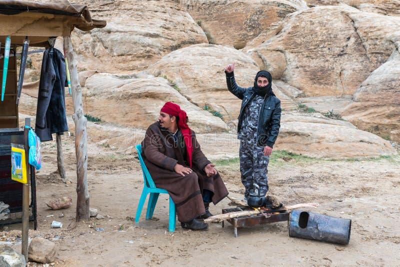 Beduinen - Verkäufer machen Tee auf Kohlen am Rand der Straße, die zu PETRA nahe Wadi Musa-Stadt in Jordanien führt lizenzfreie stockfotos