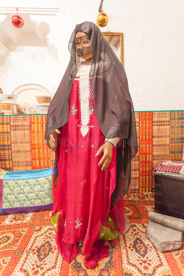 Beduinkvinna i traditionell klänning arkivbilder