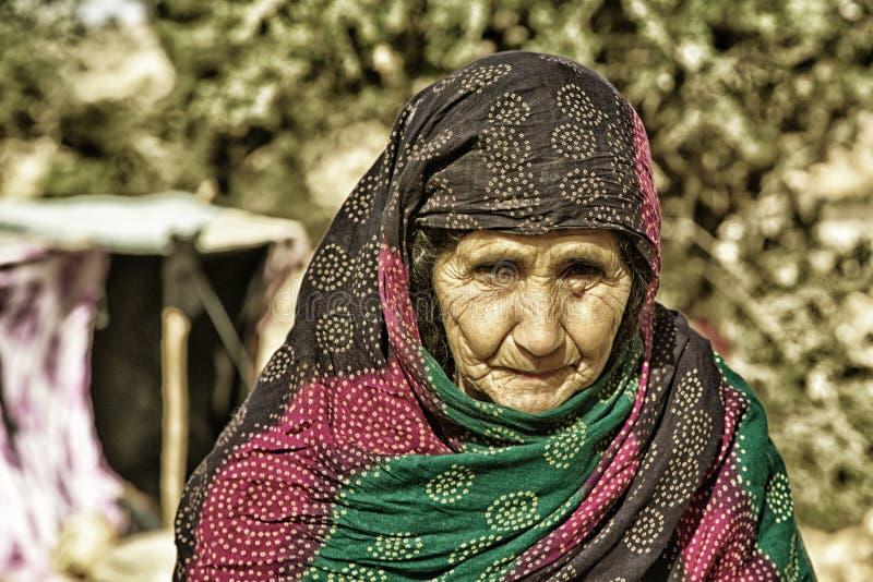 Beduinkvinnastående royaltyfri foto
