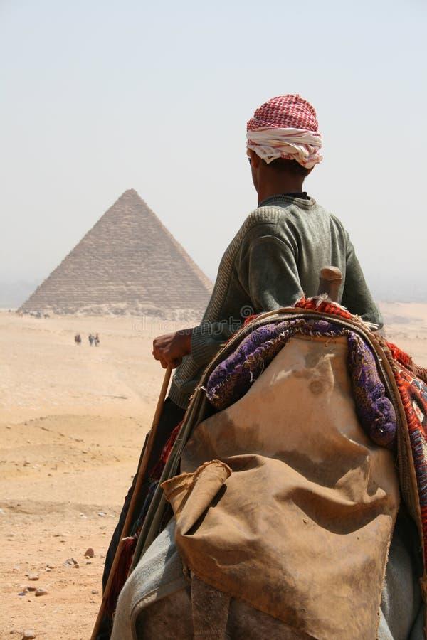 Beduino che affronta una piramide immagini stock libere da diritti