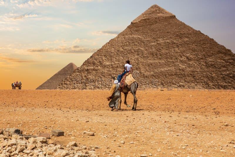 Beduinos en el desierto de Giza cerca de las grandes pirámides de Egipto fotografía de archivo libre de regalías