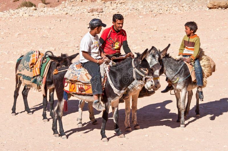 Beduins e asnos em PETRA em Jordânia fotos de stock