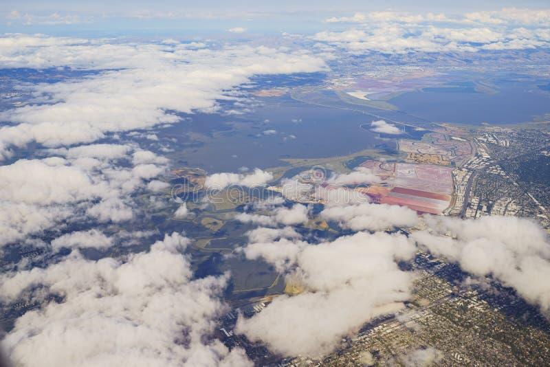 Bedwell Bayfront公园、沼泽地和都市风景的鸟瞰图 库存照片