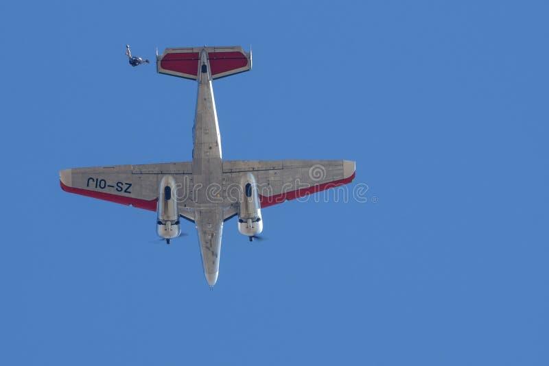 Beechcraft 18 et parachutiste photographie stock libre de droits
