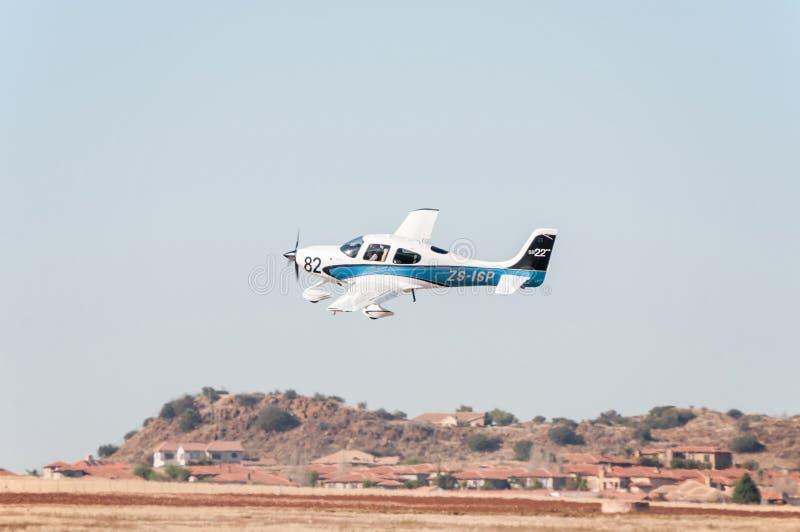 Beechcraft A36 tar av i loppet för presidenttroféluft royaltyfri fotografi