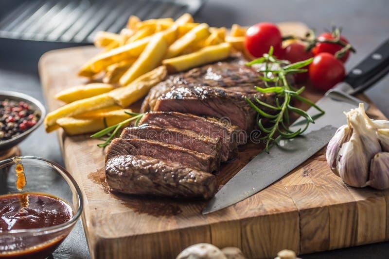 Beef Rib Carne de ojos con patatas asadas salsa bbq champiñones y especias fotografía de archivo libre de regalías