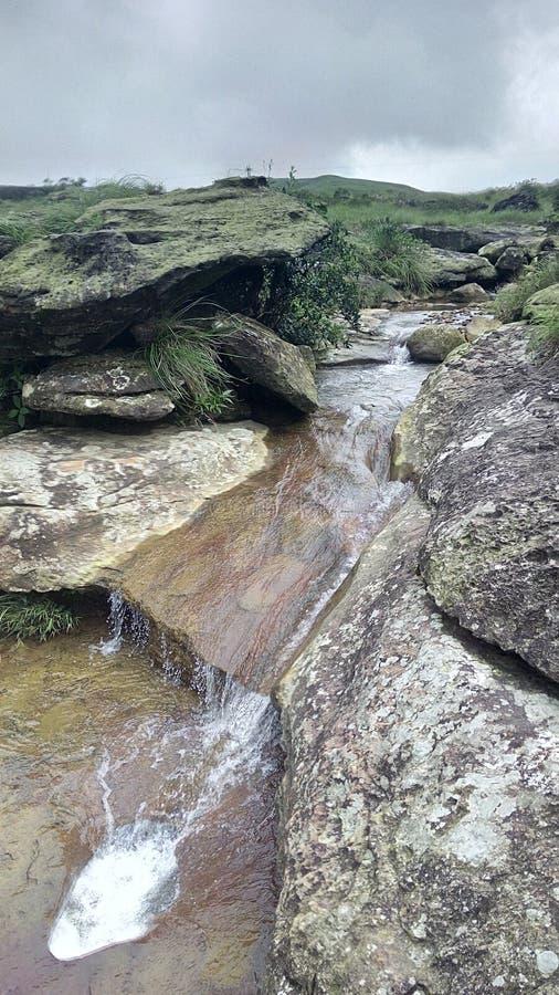 Beek door rotsachtige passages stock foto