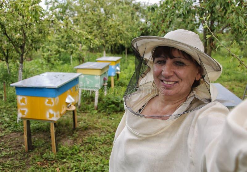Beekeeper женщины делая selfie стоковые фотографии rf