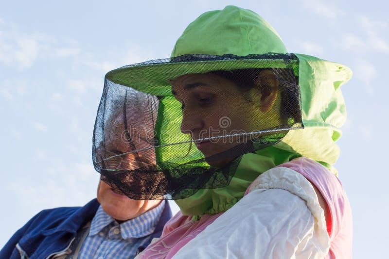 Beekeeper женщины смотрит после пчел в крапивнице стоковое изображение rf