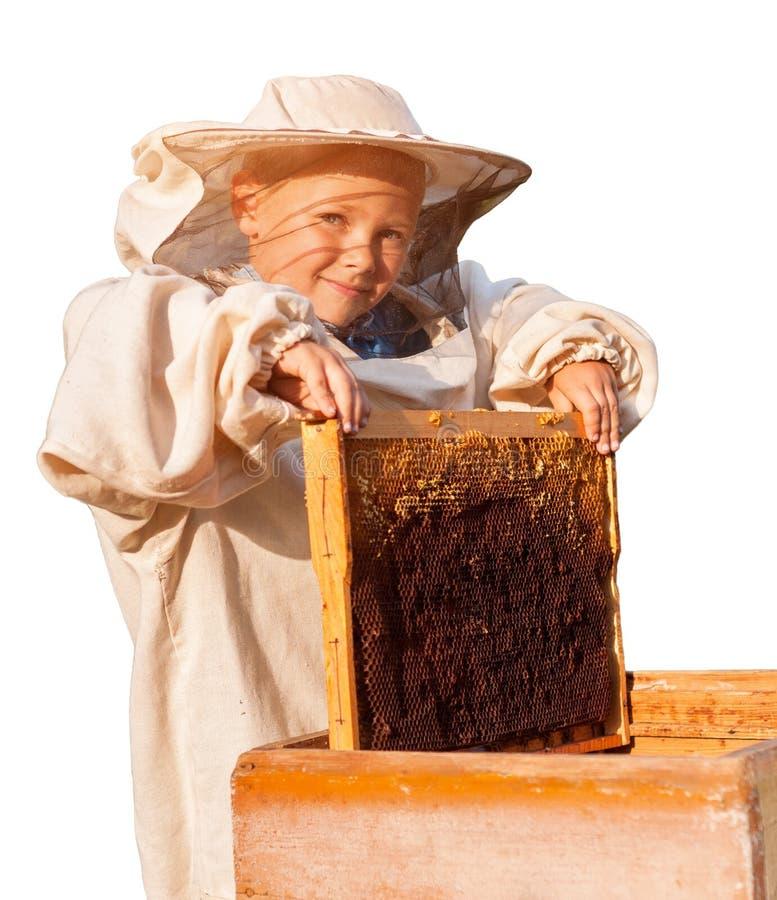 Beekeeper молодой мальчик который работает в пасеке стоковые изображения