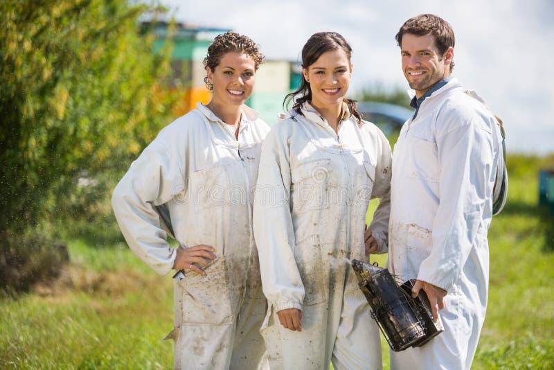 Beekeepers стоя на пасеке стоковое изображение rf