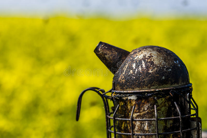 Beekeepersroker op een bijenkorf stock foto
