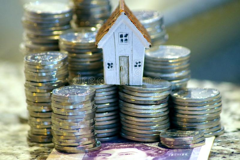 Beeld dat de kosten om onroerend goed te verwerven, concept toont dat de financiering van een huis, een lening krijgt royalty-vrije stock foto's