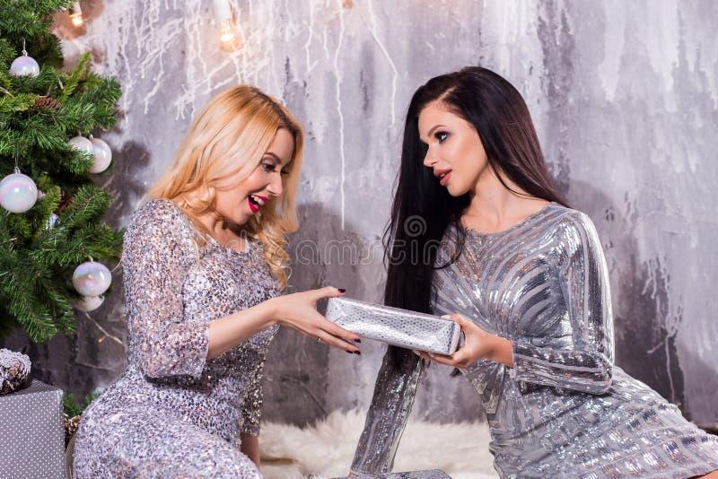 Beeld die beste vrienden tonen die Nieuwjaar vieren De Gift van verrassingskerstmis royalty-vrije stock fotografie