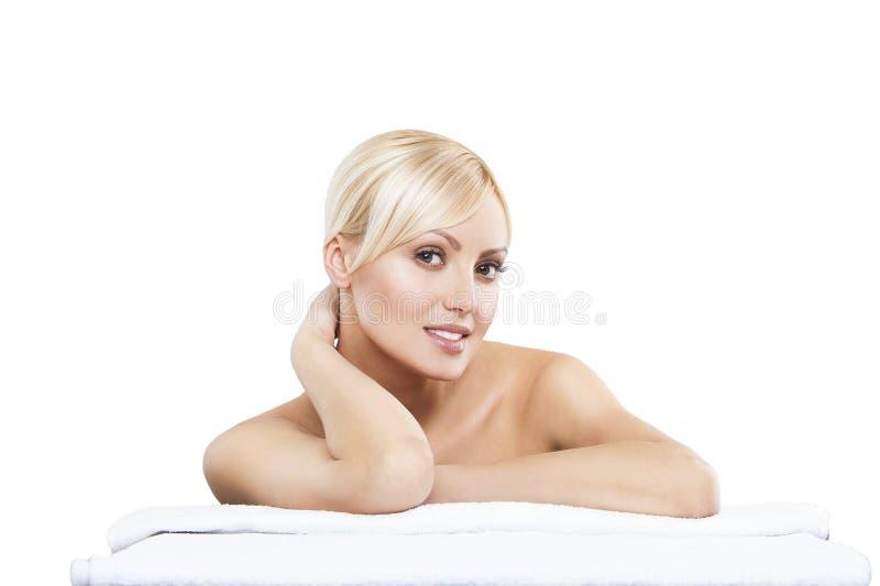 Beeld die van vrouw in kuuroordsalon op de massage liggen stock foto's