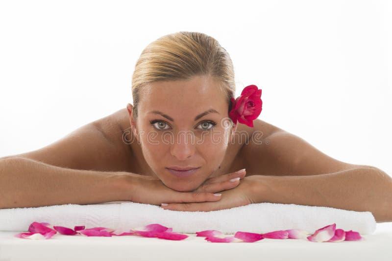 Beeld die van vrouw in kuuroordsalon op het massagebureau liggen royalty-vrije stock fotografie