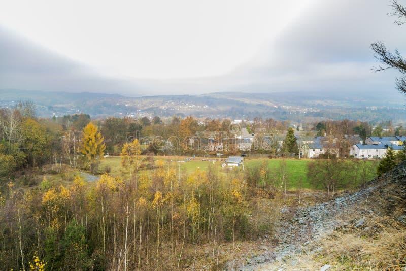 Beeld een deel van het dorp van Vielsalm-mening van de heuvel BEC du Corbeau stock foto