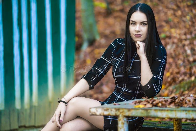 Beeld met een mooi brunette in het de herfstbos dichtbij aan a royalty-vrije stock afbeeldingen