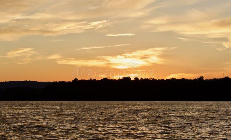 beeld met een verbazende zonsondergang op een meer stock fotografie