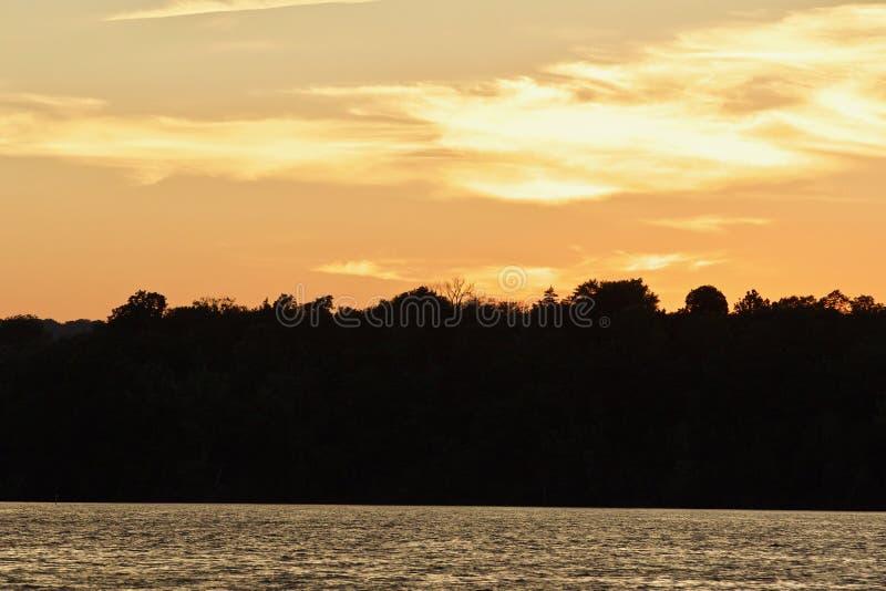 beeld met een verbazende zonsondergang op een meer stock foto's