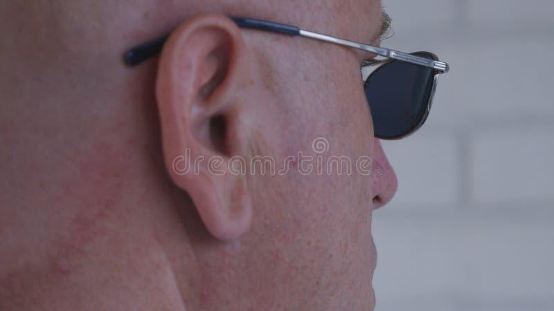 Beeld met een Zekere Zakenman Wearing Sunglasses stock foto's